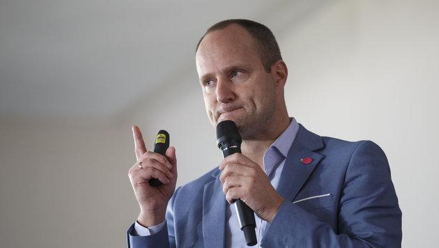 NEOS-Klubobmann Strolz will mit einer umgebauten Spitze bei der nächsten Wahl zweistellig werden. (Bild: APA/ERWIN SCHERIAU)