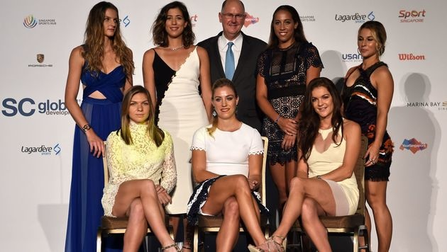 Schön und gut! Die sieben besten Tennisspielerinnen beim Shooting für die WTA-Finals in Singapur. (Bild: APA/AFP/ROSLAN RAHMAN)