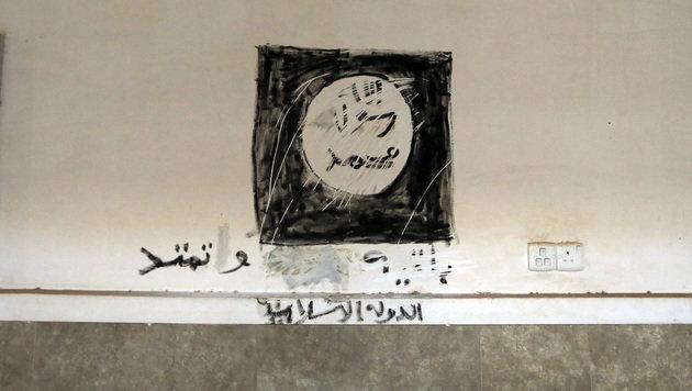 Eine IS-Flagge wurde an eine Wand der Kirche gemalt. (Bild: ASSOCIATED PRESS)