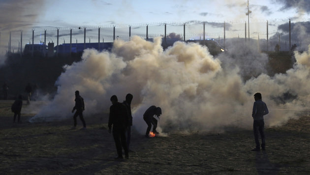 Erneut schwere Krawalle im Flüchtlingslager Calais (Bild: The Associated Press)