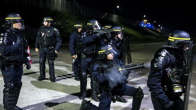 Erneut schwere Krawalle im Flüchtlingslager Calais (Bild: EPA)
