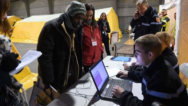 Calais: Die Busse rollen aus dem Flüchtlingslager (Bild: AFP)