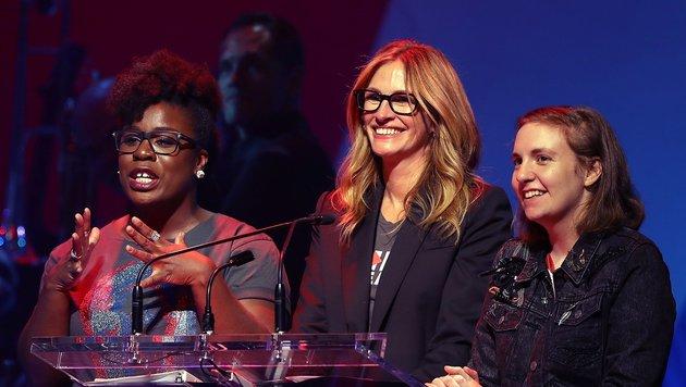 Uzo Aduba, Julia Roberts und Lena Dunham bei einer der Spendengala für Hillary Clinton (Bild: 2016 Getty Images)