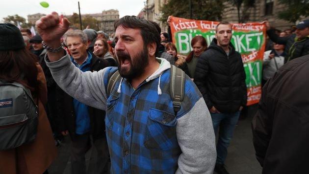 Ungarn: Hunderte Demonstranten pfiffen Orban aus (Bild: AFP)