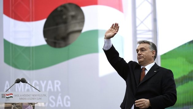 Ungarn: Hunderte Demonstranten pfiffen Orban aus (Bild: ASSOCIATED PRESS)