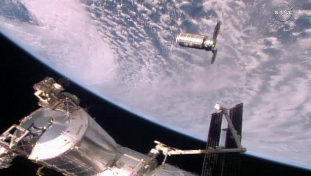 """Raumfrachter """"Cygnus"""" von ISS abgedockt (Bild: NASA TV)"""