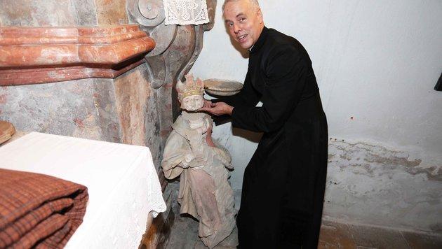 Pater Peter Adam mit der steinernen Madonna (Bild: Reinhard Judt)