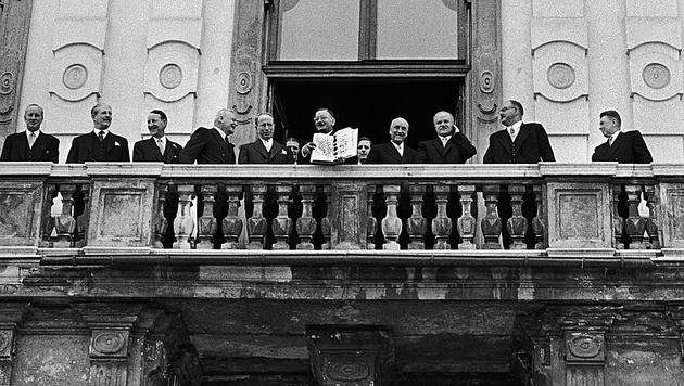 Leopold Figl zeigt am 15. Mai 1955 den Staatsvertrag. (Bild: Erich Lessing)