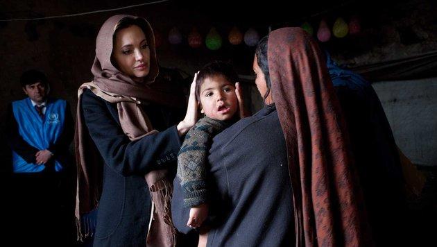 Angelina Jolie in einem Flüchtlingscamp in Kabul (Bild: Viennareport)