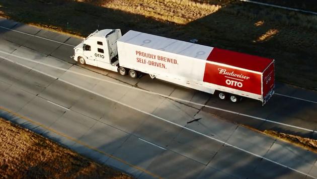 Erste Lieferung per Robo-Truck: 50.000 Dosen Bier (Bild: YouTube)