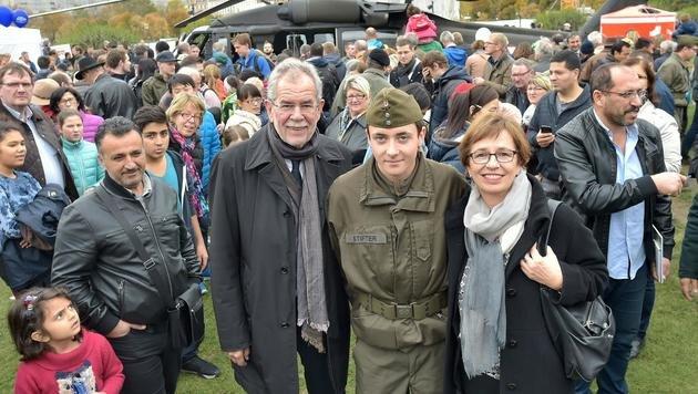 Alexander Van der Bellen, Ehefau Doris Schmidauer und ihr Neffe, der ebenfalls angelobt wurde (Bild: APA/HANS PUNZ)