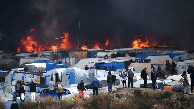 Das Flüchtlingslager ist von schwarzen Rauchwolken umgeben. (Bild: APA/AFP/DENIS CHARLET)