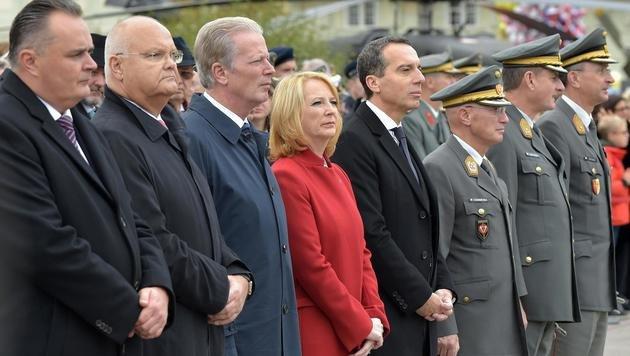 Regierungsspitze und Nationalratspräsidentin Bures während der Angelobung am Heldenplatz (Bild: APA/HANS PUNZ)
