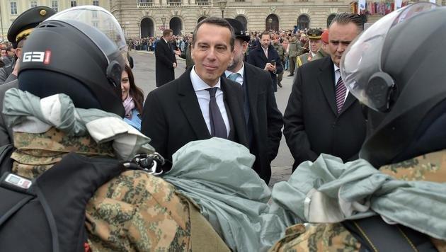 Kanzler Kern und Verteidigungsminister Doskozil bei der Leistungsschau des Bundesheeres (Bild: APA/HANS PUNZ)