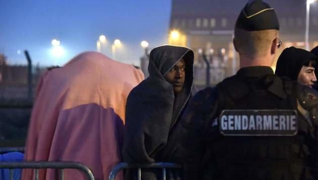 Flüchtlinge beim Warten auf den nächsten Bus (Bild: APA/AFP/PHILIPPE HUGUEN)