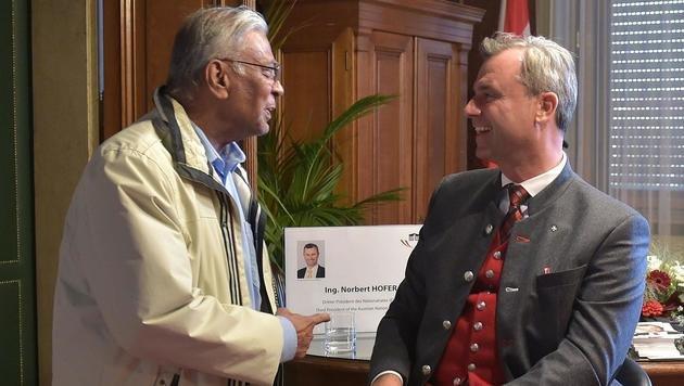 Präsidentschaftskandidat Norbert Hofer bot Interessierten die Gelegenheit, mit ihm zu diskutieren. (Bild: APA/HANS PUNZ)