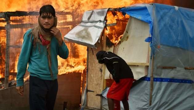 """Flüchtlinge zogen ab - """"Dschungel"""" in Flammen (Bild: APA/AFP/PHILIPPE HUGUEN)"""