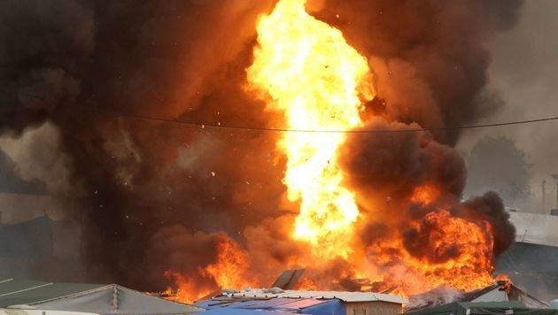 Immer wieder explodieren Gasflaschen. (Bild: APA/AFP/FRANCOIS NASCIMBENI)