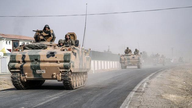 Türkische Panzerfahrzeuge im Kampf gegen den IS (Bild: ASSOCIATED PRESS)