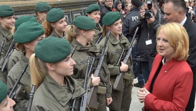 Bures freut sich, dass das Bundesheer zunehmend weiblicher wird. (Bild: APA/HANS PUNZ)