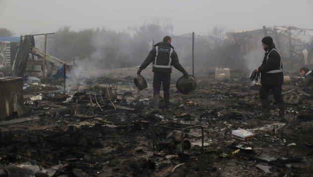 Dort wo die Brände gelöscht worden sind, werden nun die Trümmer geräumt. (Bild: ASSOCIATED PRESS)