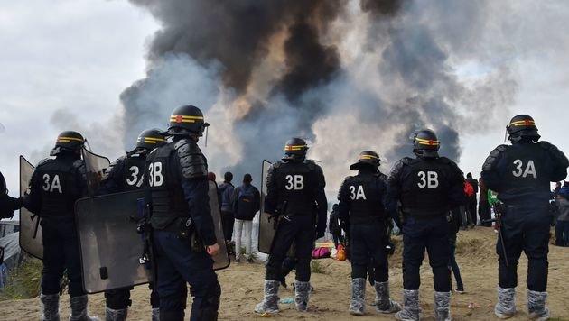 Hunderte Polizisten stehen bereit, um neue Ausschreitungen zu unterbinden. (Bild: APA/AFP/PHILIPPE HUGUEN)