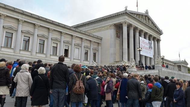 Vor dem Parlament bildeten sich lange Warteschlangen. (Bild: APA/HANS PUNZ)