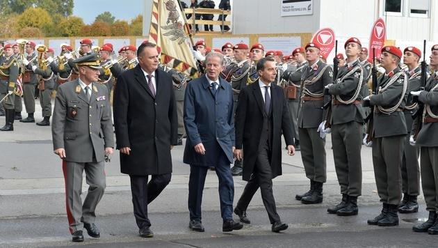 Kanzler und Vizekanzler gemeinsam mit Verteididungsminister Doskozil beim Abschreiten der Ehrengarde (Bild: APA/HANS PUNZ)