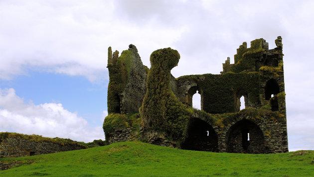 Der Skellig Ring in Irland ist von grünen Wiesen und alten Ruinen geprägt. (Bild: flickr.com/Tobias Abel)