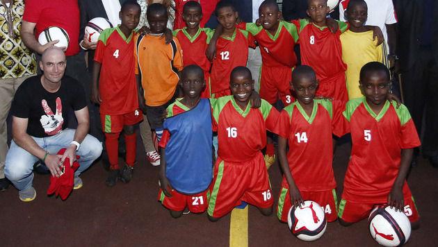 Stefan Köglberger und seine Schützlinge in der Fußball-Akademie im Horror-Slum von Nairobi (Bild: Dragan TATIC)