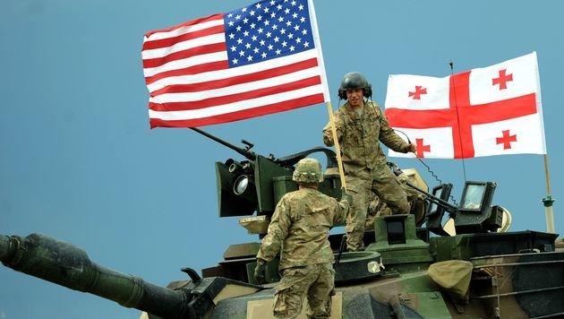 NATO treibt Aufrüstung vor Russlands Grenze voran (Bild: APA/AFP/VANO SHLAMOV)