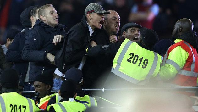 Video: Schwere Randale bei West Ham gegen Chelsea (Bild: AP)