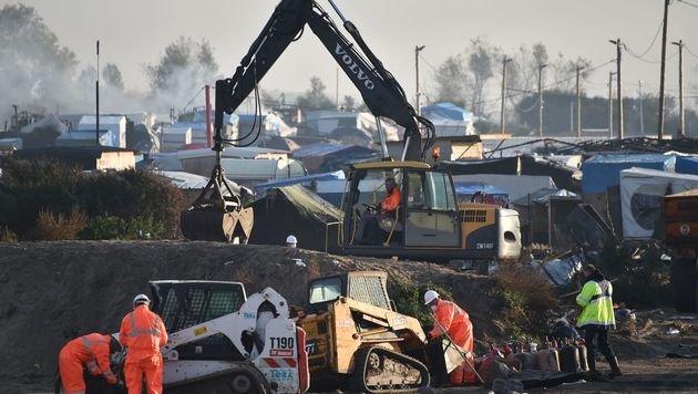Calais: Trotz Räumung treffen neue Flüchtlinge ein (Bild: APA/AFP/PHILIPPE HUGUEN)
