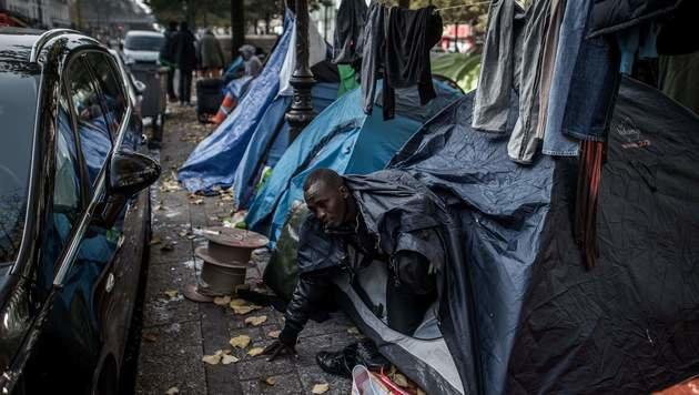 Flüchtlinge in Paris (Bild: APA/AFP/PHILIPPE LOPEZ)