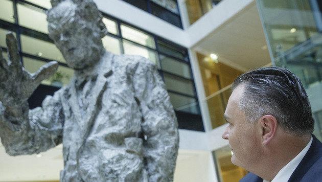 Doskozil vor dem Denkmal des legendären deutschen SPD-Kanzlers Willy Brandt in Berlin. (Bild: Kronen Zeitung)