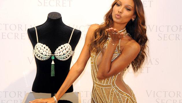 """Jasmine Tookes zeigt den """"Bright Night Fantasy Bra"""", den sie bei der Show tragen wird. (Bild: Viennareport)"""