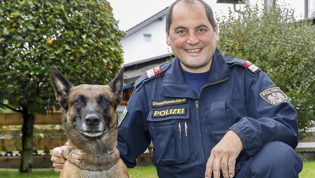 """Hundeführer Martin Steger mit Spürnase """"Lado"""" (Bild: MARKUS TSCHEPP)"""