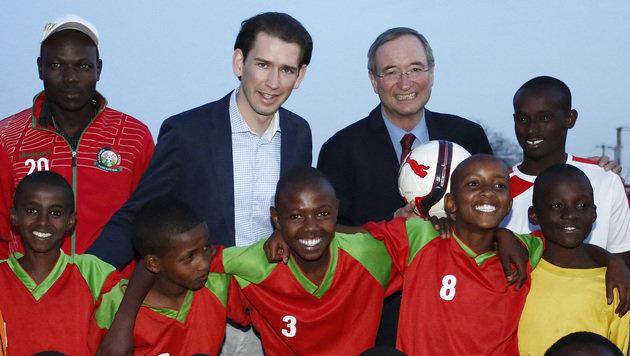 Außenminister Kurz und Wirtschaftskammerchef Leitl zu Besuch in einer Fußballakademie in Nairobi (Bild: AUSSENMINISTERIUM/DRAGAN TATIC)