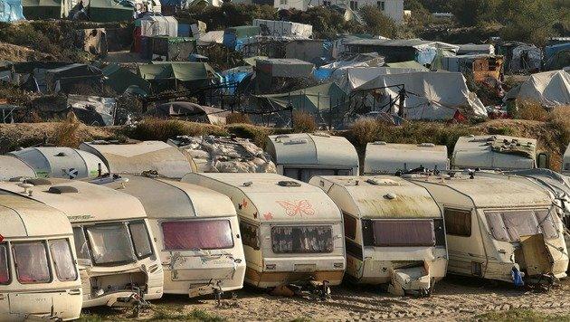In diesen Wohncontainern werden die minderjährigen Flüchtlinge vorläufig untergebracht. (Bild: APA/AFP/FRANCOIS NASCIMBENI)
