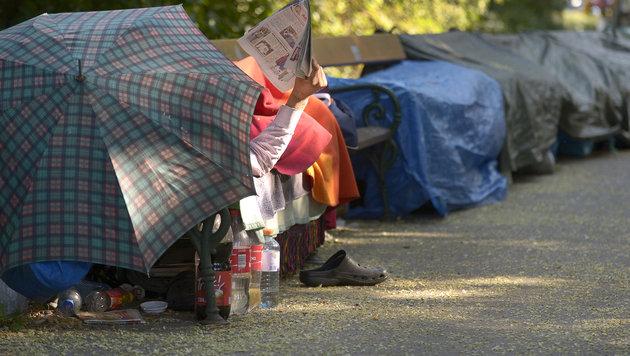 Jeder siebente Österreicher ist von Armut bedroht (Bild: APA/ROLAND SCHLAGER)