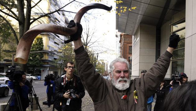 Einer der Besetzer triumphiert nach dem Gerichtsurteil in Portland. (Bild: ASSOCIATED PRESS)