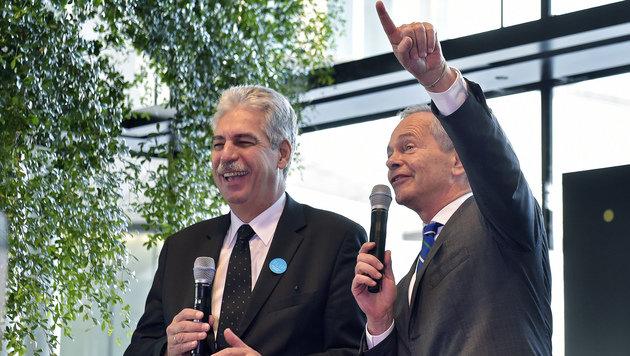 Finanzminister Schelling und Erste-Group-Bank-Vorstand Treichl nahmen die feuchte Panne mit Humor. (Bild: APA/HANS PUNZ)
