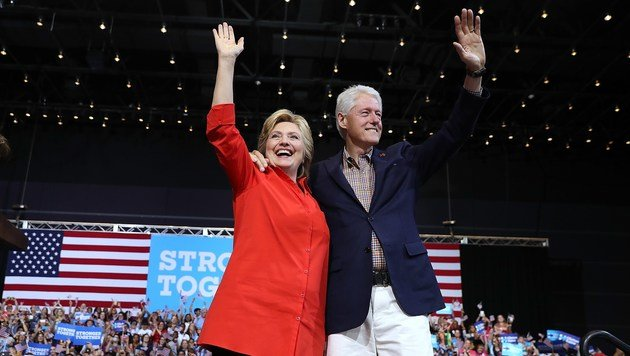 Hillary und Bill Clinton (Bild: APA/AFP/GETTY IMAGES/JUSTIN SULLIVAN)