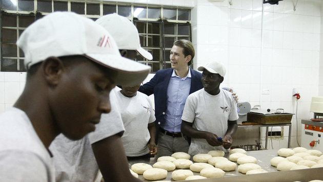 Außenminister Kurz zu Besuch in einer Bäckerei in Nairobi (Bild: AUSSENMINISTERIUM/DRAGAN TATIC)
