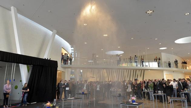Konfetti lösten bei Festakt Sprinkleranlage aus (Bild: APA/HANS PUNZ)