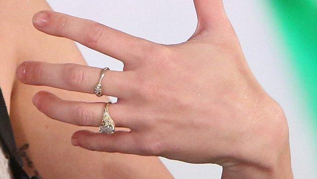 Miley Cyrus bestätigt, dass sie einen Verlobungsring von Liam Hemsworth trägt. (Bild: © Michael Rozman/Warner Bros.)