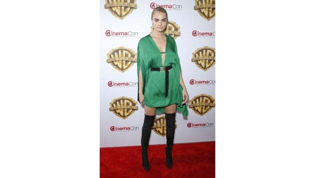 Cara Delevingne verleiht dem grünen Kleid mit einem lässig geschlungenem Gürtel Style. (Bild: AdMedia/face to face)
