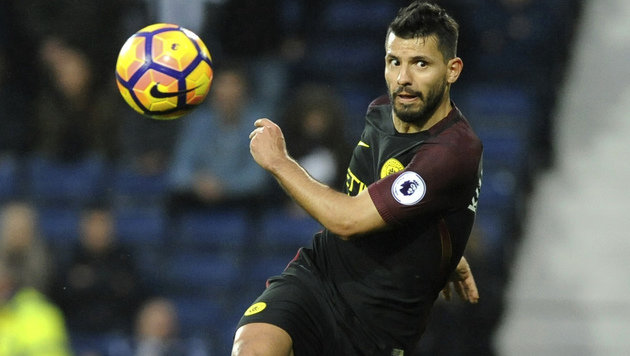 Manchester Citys Sergio Aguero nimmt Maß. (Bild: Associated Press)