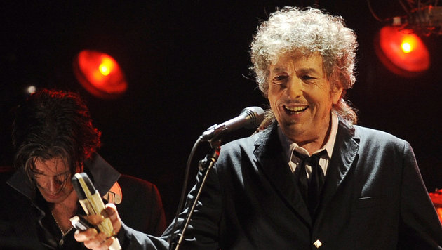 Songwriter Bob Dylan nimmt Literaturnobelpreis an (Bild: Associated Press)