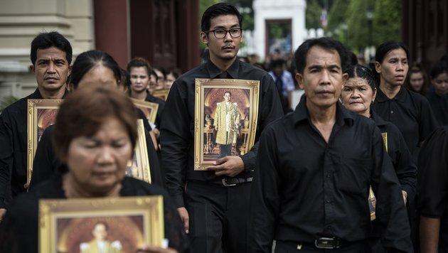 Thailänder nehmen Abschied vom König Bhumibol (Bild: APA/AFP/Lillian Suwanrumpha)